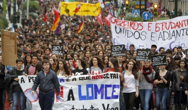 Protestoyên li hember Qanûna Wert a hikumeta spanyol. Qanûna nû ku wê di 2014-2015'an de bê tetbîqkirin, bêyî beşdariya aktîf a welatiyan û herêmên xweser ên Spanyayê, di modela perwerdeyê de guherîneke mezin çêdike. Bi vê modelê, garantiya ji bo perwerdeya xwedî qelîteyek bilind, sosyal û demokratîk ji holê tê rakirin. Modela nû, modela perwerdeya ziman a li hin herêmên xweser ku 30 sal in tê meşandin jî diguherîne û li van herêman saetên dersa spanyolî zêde dike.