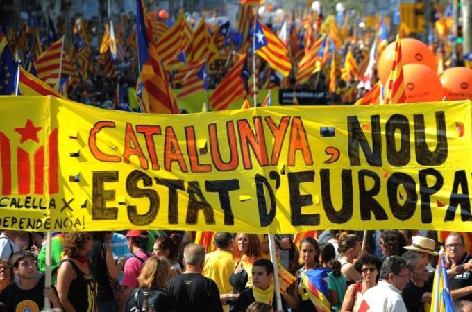 """Russia Today: """"Bilinbûna asta veqetîne: Banga serxwebûna Katalonyayê xurtir dibe."""" Di vê bernameya televîzyonê de tê diyarkirin ku ji ber aboriya xwe ya xurt a ji asta Spanyayê bilindtir û cudabûna xwe ya çandî û zimanî, Katalonya dixwaze serxwebûna xwe bi dest bixe."""