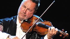 Performansa kemanjenê navdar Nigel Kennedy a tevli Orkestraya Jiyanê û koma filîstiniyan a ku enstrûmanên bi têl lê dixin. Hunermend di vê performansê de Çar Demsala Vîvaldî lê dixin.