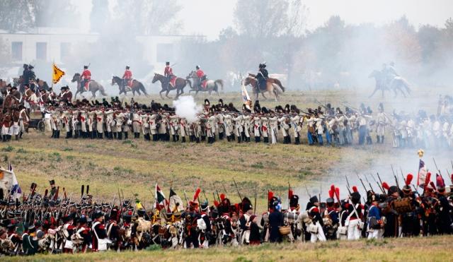 Di bîranîna Şerê Leipzigê yê 1813'yan ê di navbera artêşa Napolyon û hêzên ewrûpî de 6000 kes rol girtin. Di vî şerê mezin de hejmara hêzên Napolyon 185,000 û yên îtîfaka hêzên ewrûpî yên wekî Rûsya, Prûsya, Awistirya û Swêd 320,000 bû. Artêşa Napolyon di vî şerî de têk çû û saleke şûn de hêzên ewrûpî bi êrîşeke dawî rejîma Napolyon hilweşandin.