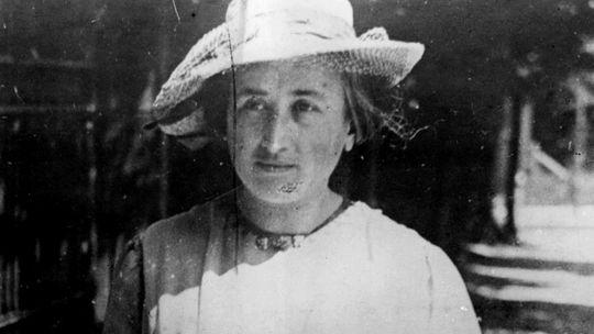 Rosa Luxemburg (1871-1919) 15'ê Çileyê salvegera kuştina teorîsyenê Marksîst, fîlozof û şoreşgera alman Rosa Luxemburg'e.  Luxemburg di 1871'an de li Zamoch'a li Polonyayê wekî endamekî malbateke cihû hat dinyê. Ji ber xebatên xwe yên şoreşgerî Luxemburg cezayê girtîgehê girt û mecbûr ma ku derbasî bajarê Zurichê ya Swîsreyê bibe. Luxemburg li wir aboriya polîtîk xwend û ji aliyekî ve jî xebatên xwe yên şoreşgerî domand. Şoreşgera mezin, di 1898'an de tevlî Partiya Sosyal Demokrat a Alman bû û di nava vê partiyê de dest bi nivîsên xwe yên şoreşgerî kir. Di 1918'an de tevlî Karl Liebnecht Partiya Komunîst a Alman damezrand û ji bo şoreşeke alman xebatên xwe kûr kir. Mixabin  di 1919'an de Luxemburg û du hevalên wê ji aliyê leşkerên artêşa alman ve hatin girtin. Piştî lêpirsînê Luxemburg û Liebnecht hatin kuştin û leşkeran cendekên wan avêtin çemekê. Dema hat kuştin Rosa Luxemburg 48 salî bû.